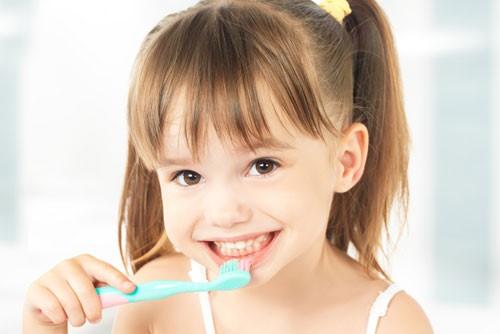 مسواک زدن و نخ دندان کشیدن کودکان