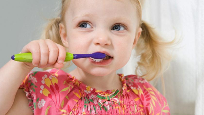 9 - اهمیت مسواک زدن و نخ دندان کشیدن کودکان